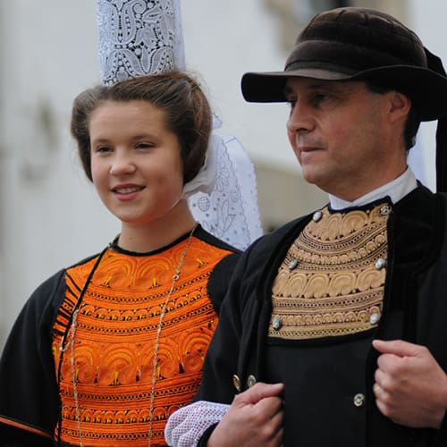 Couple de bigoudens en costume traditionnel